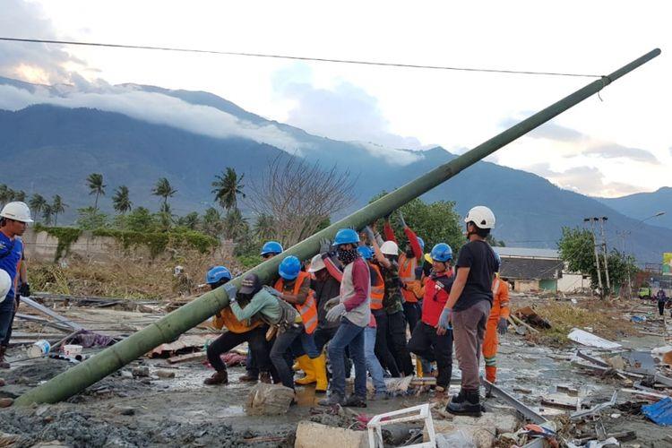 Para petugas PLN dari seluruh Indonesia didatangkan ke Palu dan wilayah lain di Sulawesi Tengah untuk memulihkan jaringan listrik yang rusak akibat gempa bumi dan tsunami pada 28 September lalu.