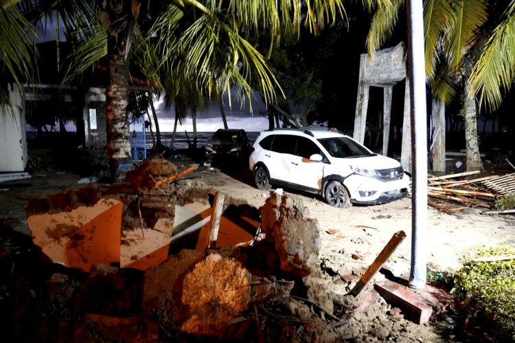 Kondisi dampak tsunami di kawasan Pantai Carita, Pandegelang, Banten, Minggu (23/12/2018). Musibah yang terjadi Sabtu (22/12/2018) malam ini menelan 222 korban jiwa dan ratusan korban luka.  KOMPAS/RONY ARIYANTO NUGROHO (RON) 23-12-2018