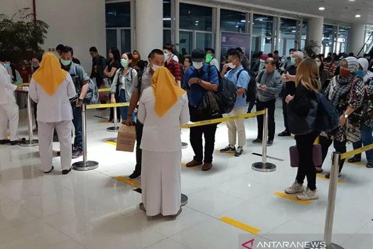 Para penumpang pesawat udara wajib menjalani screening & tracking setiba di terminal kedatangan Bandara Sultan Thaha Jambi untuk memastikan kesehatan mereka dalam upaya pencegahan COVID-19. ANTARA/HO PT AP-II/am.