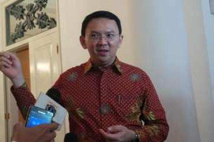 Gubernur DKI Jakarta Basuki Tjahaja Purnama saat melakukan wawancara dengan wartawan, di Balai Kota DKI Jakarta, Kamis (4/8/2016).