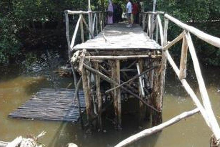 Jembatan wisata mangrove di PIK, Penjaringan, Jakarta Utara, roboh, Kamis (31/7/2014) siang.