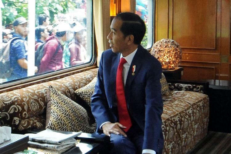 Presiden Joko Widodo saat menaiki kereta kepresidenan dalam rangka kunjungan kerja ke Sukabumi, Kamis (31/8/2017).