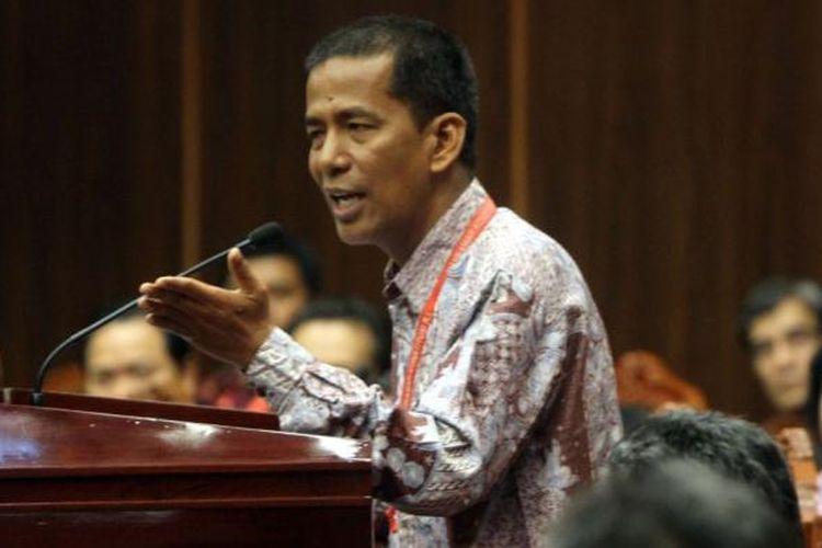 Guru Besar Ilmu Hukum Tata Negara Universitas Andalas Padang Saldi Isra memberikan keterangan saat menjadi saksi ahli dari pasangan Jokowi-JK pada sidang sengketa Pilpres 2014 di Gedung Mahkamah Konstitusi (MK), Jakarta Pusat, Jumat (15/8/2014). Ini adalah sidang terakhir sebelum MK kembali menggelar sidang putusan pada 21 Agustus 2014. Kesembilan hakim MK terlebih dahulu akan melakukan rapat dengar pendapat (RDP) secara tertutup selama tiga hari berturut-turut untuk mengambil putusan.
