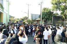 Tonton Rekonstruksi Kasus Penyerangan Nus Kei, Tetangga Semangati John Kei