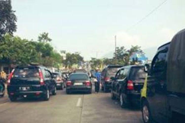 Kemacetan parah terjadi di kawasan Cicalengka, Kabupaten Bandung ke arah Garut, Jumat (9/8/2013).