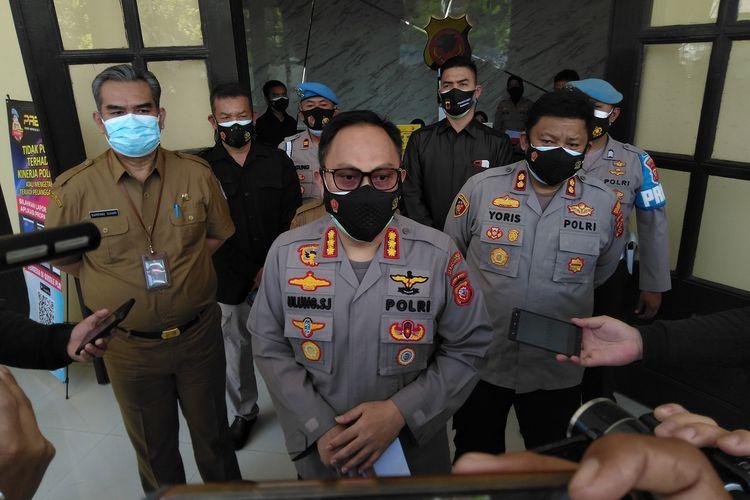 Kapolrestabes Bandung Kombes Ulung Sampurna Jaya tengah menjelaskan hasil mediasi persoalan dugaan pungli di TPU Cikadut, Senin (12/7/2021). Polisi tak menemukan adanya pelanggaran pungli di TPU Cikadut.