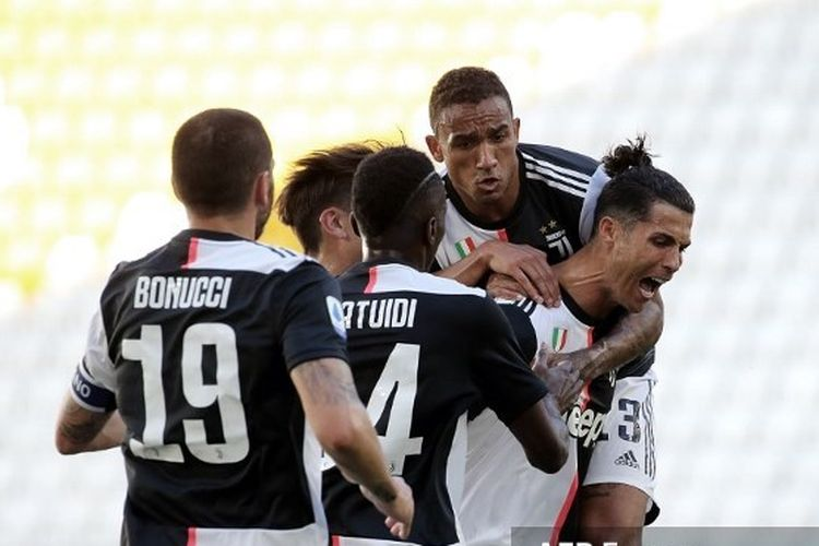 Striker Juventus Cristiano Ronaldo merayakan gol ke gawang Torino bersama rekan-rekannya pada lanjutan pekan ke-30 Liga Italia di Stadion Allianz, Sabtu (4/7/2020) malam WIB.