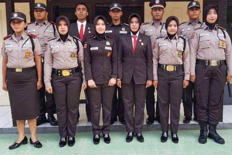 Seragam satpam yang terlihat seperti seragam polisi, baik dari warna coklat serta tanda kepangkatan.