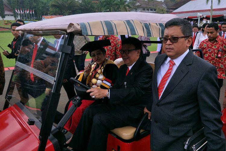 Presiden kelima RI sekaligus Ketum PDI-P Megawati Soekarnoputri usai menerima gelar Doktor Honoris Causa di bidang politik dan pemerintahan oleh IPDN