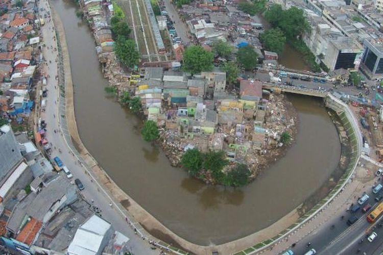 Proses pembongkaran rumah warga Bukit Duri, Tebet, Jakarta Selatan, Rabu (28/9/2016). Pemerintah Provinsi DKI Jakarta menggusur bangunan yang berbatasan langsung dengan Sungai Ciliwung dan akan merelokasi warga ke Rusunawa Rawa Bebek.