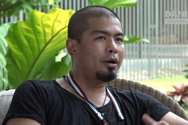 Bams eks Samsons yang sedang berbincang dengan Daniel Mananta