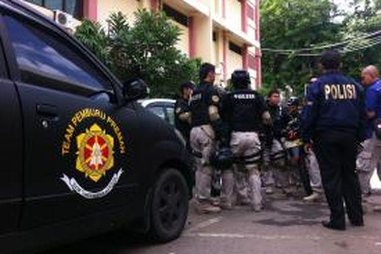 Polisi bersiaga dalam proses pindahan Hercules ke LP Cipinang, Senin (18/11/2013)