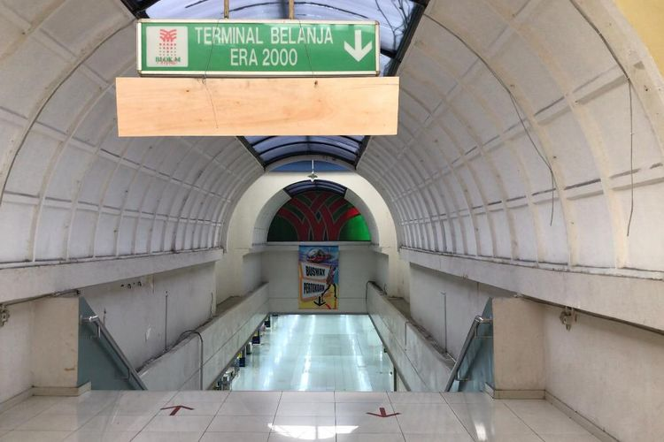 Tangga turun masuk ke Blok M Mall dari sisi Taman Martha Tiahahu. Blok M Mall disebut pedagang sudah mati dan tak sejaya era 1990-2000an.