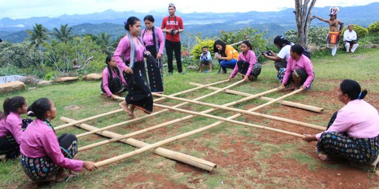 Permainan tradisional rangkuk alu di Desa Adat Melo, Liang Ndara, Manggarai Barat, Pulau Flores, NTT, Rabu (29/11/2018).