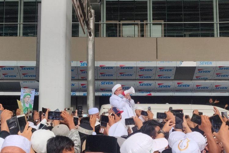 Pimpinan Front Pembela Islam (FPI) Rizieq Shihab tiba di Indonesia dan langsung menyapa simpatisan di Terminal 3 Bandara Soekarno-Hatta, Selasa (10/11/2020)