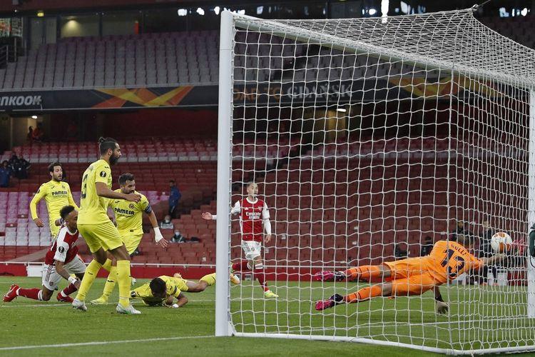 Tandukan penyerang Arsenal, Pierre-Emerick Aubameyang, memantul dari tiang gawang lawan pada laga leg kedua semifinal  Liga Europa kontra Villarreal di Stadion Emirates, London, pada Jumat (7/5/2021) dini hari WIB.