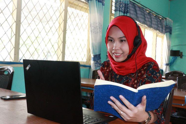 Seorang guru SMPN 7 Muaro Jambi sedang melakukan pembelajaran jarak jauh