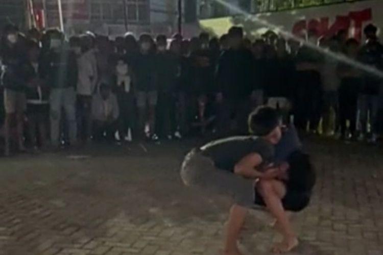 Video tarung bebas dua anak muda yang disaksikan banyak orang terjadi di Kota Makassar beredar luas di berbagai media sosial dan viral dengan komentar-komentar netizen.