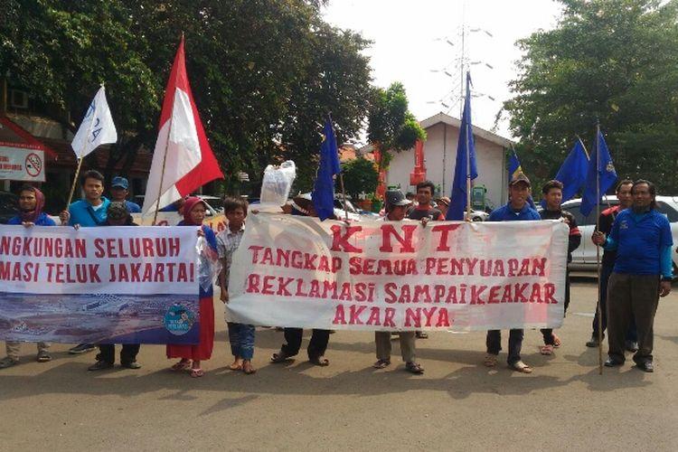 Puluhan nelayan yang tergabung dalam Koalisi Nelayan Tradisional (KNT) dari Muara Angke mendatangi Kantor Dinas Lingkungan Hidup DKI Jakarta di Cililitan, Jakarta Timur, Selasa (11/7/2017).
