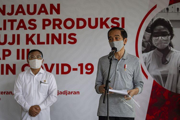 Presiden Joko Widodo menyampaikan keterangan pers didampingi Menteri Kesehatan Terawan Agus Putranto (kiri) seusai melakukan peninjauan fasilitas produksi dan uji klinis tahap III vaksin COVID-19 di Fakultas Kedokteran Universitas Padjadjaran, Bandung, Selasa (11/8/2020). Dalam kegiatan tersebut dijadwalkan juga penyuntikan kepada 1.620 subyek relawan yang ditargetkan semua uji klinis termasuk otorisasi dari BPOM akan tuntas pada Januari 2021.