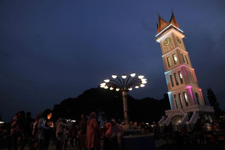 Pengunjung menikmati kawasan pedestrian Jam Gadang, di Bukittinggi, Sumatera Barat, Minggu (24/2/2019). Revitalisasi pedestrian Jam Gadang tersebut rampung dan fasilitasnya kini bisa dinikmati pengunjung serta masyarakat, meliputi kawasan ramah disabilitas, taman bunga, lampu hias, dan air mancur. ANTARA FOTO/Iggoy el Fitra/aww.