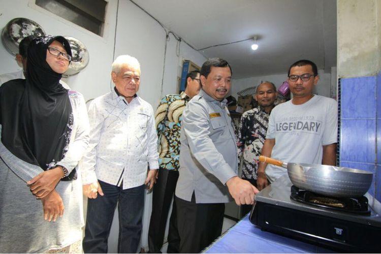 Anggota Komisi VII DPR RI meninjau jaringan gas yang mengalir ke rumah tangga di Batam, Senin (30/4/2018)