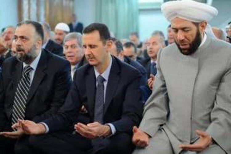 Presiden Suriah Bashar al-Assad, melakukan shalat Idul Fitri di sebuah masjid di Damaskus, Selasa (15/10/2013).