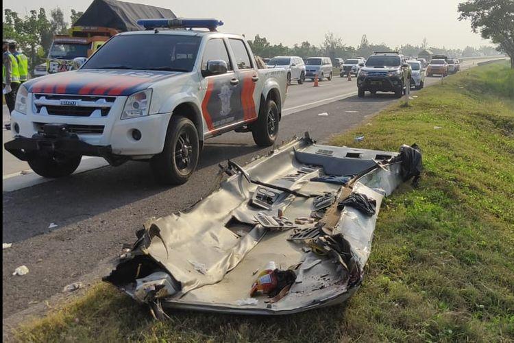 Polisi mengevakuasi bangkai kendaraan pasca kecelakaan maut di KM 184 Tol Cipali, Kabupaten Cirebon, Jawa Barat, Senin (10/8/2020).