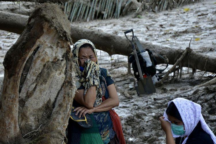 Keluarga korban menangis saat melihat proses pencarian korban banjir bandang di Desa Radda, Kabupaten Luwu Utara, Sulawesi Selatan, Sabtu (18/7/2020). Hingga hari kelima, tim SAR telah menemukan 36 korban meninggal dunia dan 18 orang lainnya masih terus dilakukan pencarian. ANTARA FOTO/Abriawan Abhe/wsj.