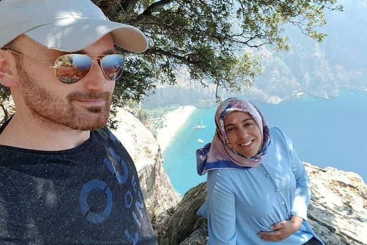 Hakan Aysal dan istrinya, Semra Aysal, saat mereka berlibur. Semra dilaporkan tewas terjatuh dari tebing setinggi 304 meter dalam keadaan hamil pada 2018. Aysal dituding menjadi pelaku pembunuhan istrinya demi mendapatkan uang asuransinya.