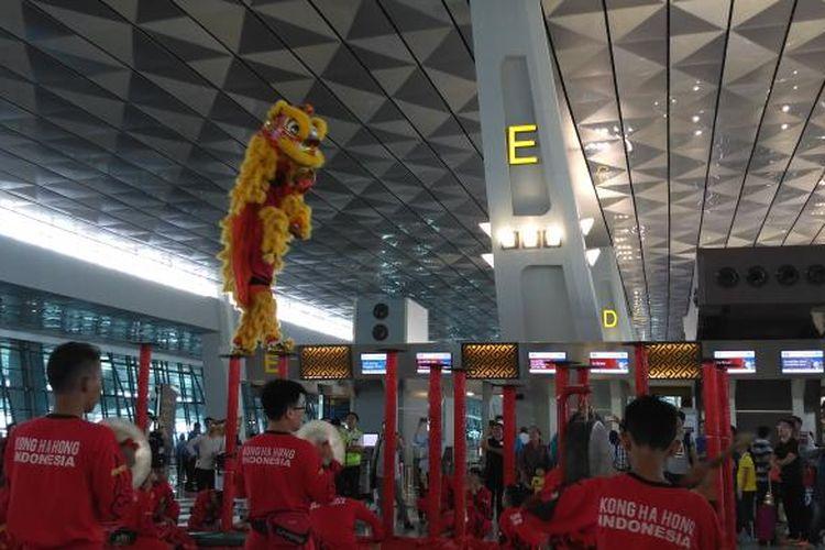 Peraih juara dunia atraksi barongsai, Komunitas Kong Ha Hong, memamerkan aksinya di Terminal 3 Bandara Soekarno-Hatta, Tangerang, Kamis (26/1/2017) sore. Acara ini diselenggarakan beberapa kali menjelang Hari Raya Imlek yang jatuh pada Sabtu (28/1/2017).