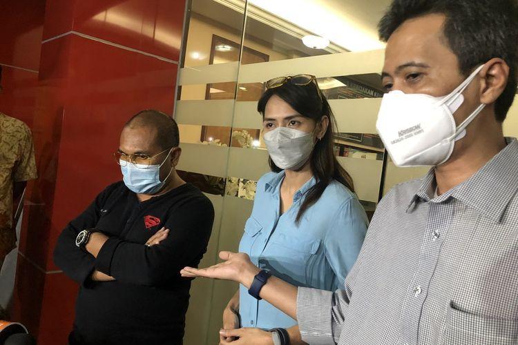 Wenny Ariani dan kuasa hukumnya, Rusdianto Matulatuwa di Polres Metro Jakarta Selatan, Senin (6/9/2021).