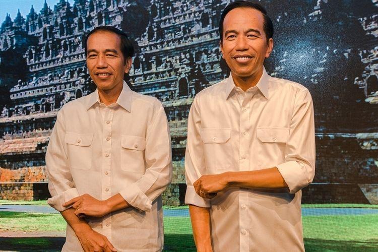 Presiden Joko Widodo (kiri) berpose dengan patung lilin figur dirinya di Madame Tussauds, Hongkong, Senin (1/5/2017). Presiden menggelar kunjungan kerja di Hongkong pada 30 April hingga 1 Mei dalam rangka meningkatkan kerja sama ekonomi antar-kedua negara