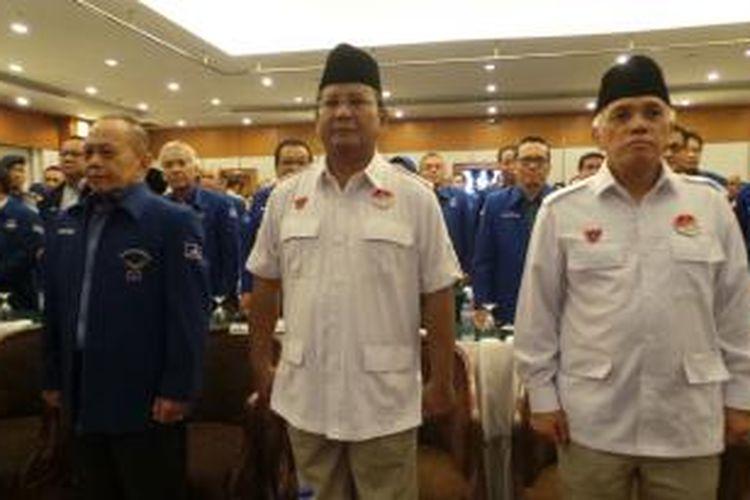 Pasangan calon presiden dan wakil presiden Prabowo Subianto (tengah) dan Hatta Rajasa (kanan) beserta Ketua Harian DPP Partai Demokrat Syarief Hasan (kiri) menghadiri pertemuan tentang pemaparan visi-misi Prabowo-Hatta kepada kader Partai Demokrat di Hotel Sahid Jaya, Jakarta, Minggu (1/6/2014).