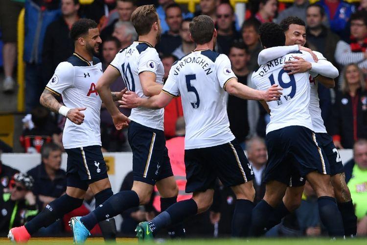 Para pemain Tottenham Hotspur merayakan gol Moussa Dembele (19) ke gawang Bournemouth pada partai lanjutan Premier League - kasta teratas Liga Inggris - di Stadion White Hart Lane, Sabtu (15/4/2017).