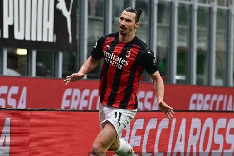 Striker gaek Zlatan Ibrahimovic merayakan golnya ke gawang Crotone dalam laga AC Milan vs Crotone, Minggu (7/2/2021) di San Siro.