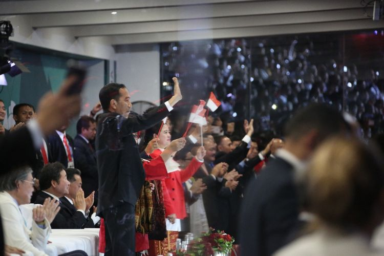 Presiden Jokowi bersama Ibu Negara Irana dan Menteri PMK Puan Maharani (kiri-kanan) menghadiri upacara pembukaan Asian Games 2018, di Gelora Bung Karno, Jakarta, Sabtu (18/8/2018).