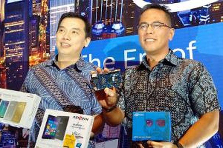Country Head Intel Indonesia Harry Nugraha (kanan) dan Marketing Director Intel Indonesia Hermawan Sutanto memamerkan gadget-gadget berbasis prosesor Intel di Jakarta, Selasa (16/12/2014).