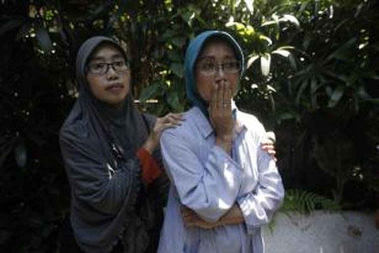 Istri Eddy Sasongko, Binar Setianingrum (kanan) menangis pasrah saat PT KAI mengosongkan rumah dinas di Jalan Manggarai Utara 4, Jakarta Selatan, Kamis (24/4/2014). Pengosongan rumah yang menjadi tempat tinggal mantan Kadaop 1 PT KAI tersebut karena akan digunakan oleh pejabat baru.
