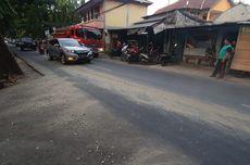 Ceceran Semen Tumpah di Jalan Raya Gempol, Pengendara Diimbau Hati-hati