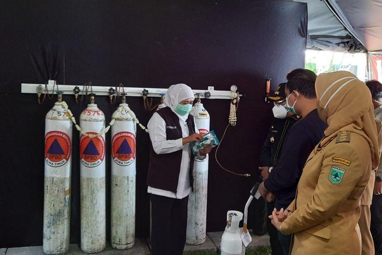 Gubernur Jawa Timur Khofifah Indar Parawansa saat meresmikan pengisian oksigen gratis di Bakorwil III Malang, Senin (26/7/2021).