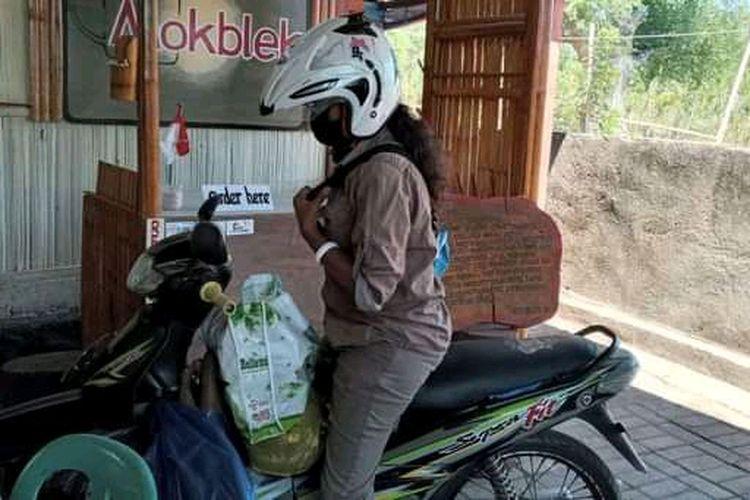 Foto : Elisa Digma Dari, pemandu wisata di Maumere, Kabupaten Sikka, NTT, kini menjual rujak.