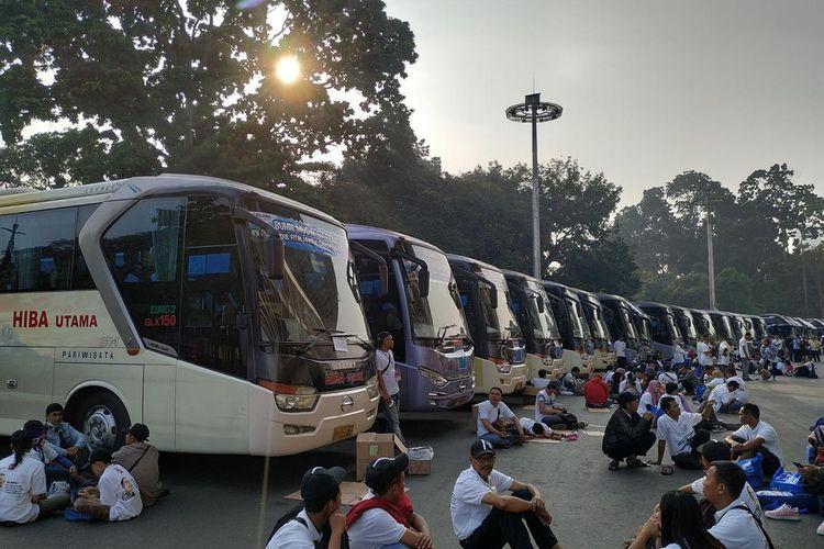 Menteri Badan Usaha Milik Negara (BUMN) Rini Soemarno melepas secara simbolis keberangkatan pemudik dalam Program Mudik Bareng BUMN 2019 di kompleks Gelora Bung Karno (GBK), Jakarta, Kamis (30/5/2019).