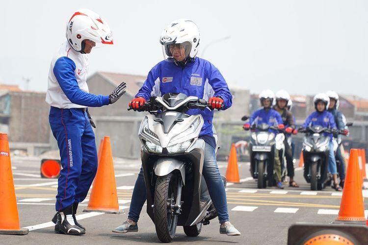Tips berkendara sepeda motor yang aman dan nyaman bagi wanita