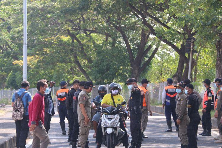 Petugas gabungan menghentikan pengendara untuk dilakukan tes antigen di pos penyekatan Jembatan Suramadu sisi Surabaya, Kamis (10/6/2021).