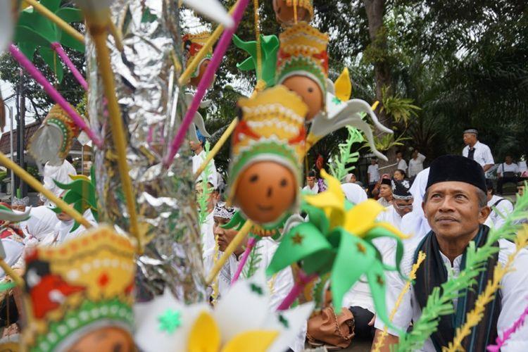 Warga Banyuwangi mengikuti selamatan di Festival Endog-endogan Banyuwangi