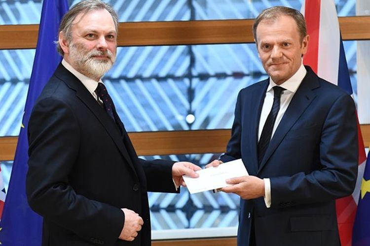 Dubes Inggris untuk Uni Eropa Tim Barrow (kiri) menyerahkan surat resmi berisi dimulainya proses perpisahan Inggris dengan Uni Eropa kepada Presiden UE Donald Tusk di Brussels, Belgia, Rabu (29/3/2017).