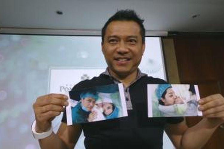 Anang Hermansyah menunjukkan foto-foto kelahiran buah hatinya dari Ashanty, dalam jumpa pers di Rumah Sakit Pondok Indah, Jakarta Selatan, Minggu (14/12/2014).