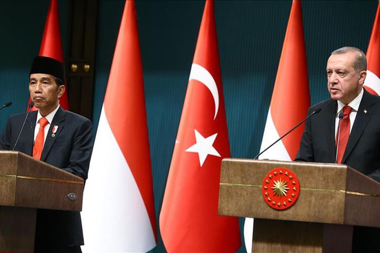 Presiden Turki Recep Tayyip Erdogan (kanan) dan Presiden Indonesia Joko Widodo menggelar jumpa pers besama, usai pembicaraan di Ankara, Turki, Kamis (6/7/2017).
