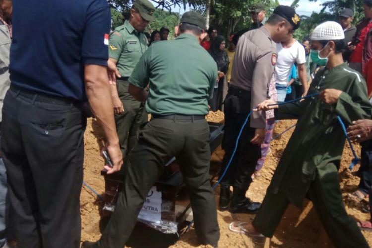Jenazah almarhum Faiz Syahputra dimakamkan di TPU Laikang,  Kecamatan Biringkanaya, Makassar,  Sabtu (8/12/2018).